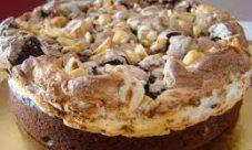 Tarta de merengue, chocolate y avellanas