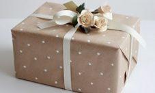 Envolver regalos con papel reciclado